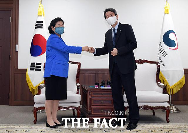 이인영 통일부 장관(오른쪽)과 현정은 현대그룹 회장이 1일 오후 서울 종로구 정부서울청사 접견실에서 면담에 앞서 인사를 나누고 있다./임영무 기자