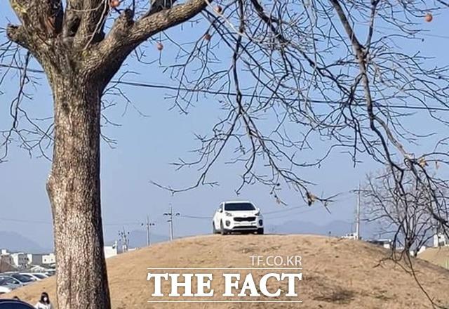대구지검 경주지청은 검찰시민위원회 결정에 따라 쪽샘지구 고분 위에 SUV 차량을 주차했던 A(27) 씨를 조건부 기소유예 처분했다고 2일 밝혔다. 검찰은 A 씨를 재판에 넘기지 않는 대신 문화재 보호와 관련한 사회봉사를 조건으로 기소유예했다./인터넷 커뮤니티 보배드림 캡처