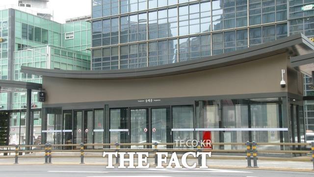 서울시가 대중교통 서비스의 수준을 높이기 위해 미래형 버스정류장 스마트 쉘터를 이 달 시범운영한다고 밝혔다./윤웅 인턴기자