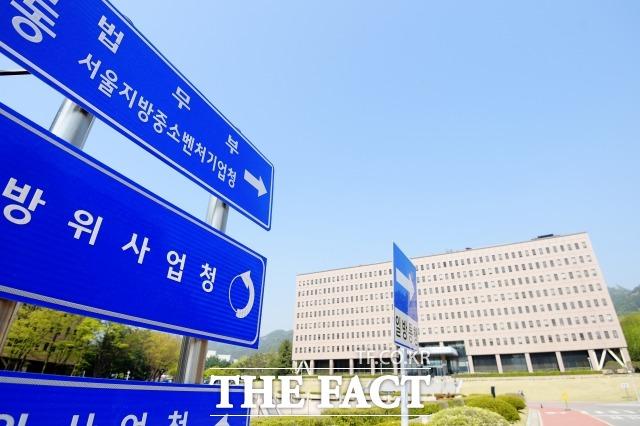 법무부가 김봉현 전 스타모빌리티 회장에게 룸살롱 접대를 받은 현직 검사 3명에 대한 징계 청구를 요청했다. /이선화 기자