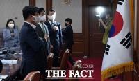 국기에 대한 경례하는 국무위원들 [포토]