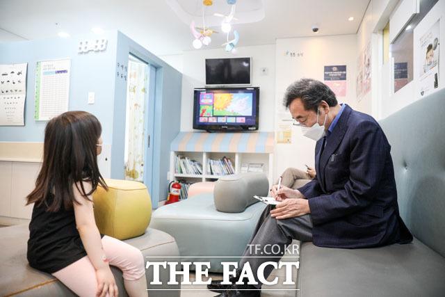 종로의 한 소아청소년과의원에서 아스트라제네카 백신 접종을 기다리는 이낙연 전 대표.