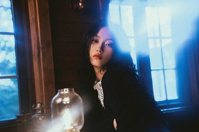 싱어송라이터 서리가 오는 10일 세 번째 싱글 긴 밤 발매를 앞두고 티저 영상을 공개했다. /ATISPAUS 제공