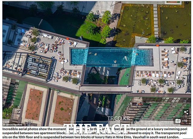 1일(현지 시간) 데일리메일 등 현지 언론은 뱅크홀리데이를 맞은 이날 영국 런던 주영 미국 대사관 근처 나인 엘름스 지역의 고급 빌딩 단지에 설치된 지상 115피트(약 35m) 높이에 만들어진 투명한 수영장 스카이풀의 모습을 전했다. /데일리메일 캡쳐