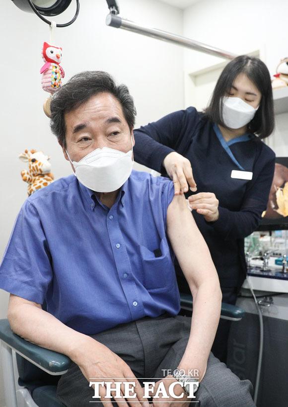 AZ백신 1차 접종 받은 이낙연.