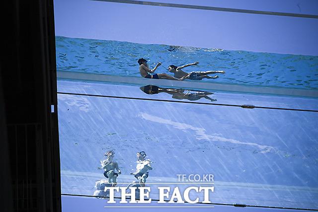 스카이풀은 두 건물의 10층을 연결해서 만들어졌다. 상공에 떠 있는 투명한 수영장은 길이 25m, 폭 5m, 수심 3m에 달하며 400톤의 물을 수용하고 있다. /런던=AP.뉴시스