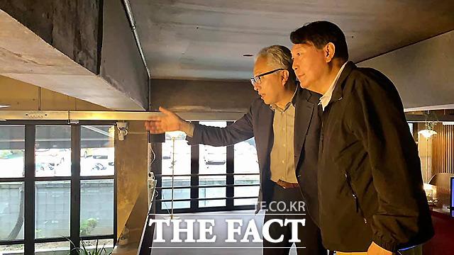 1일 연희동 일대에서 만난 모 교수(왼쪽)와 윤 전 총장.
