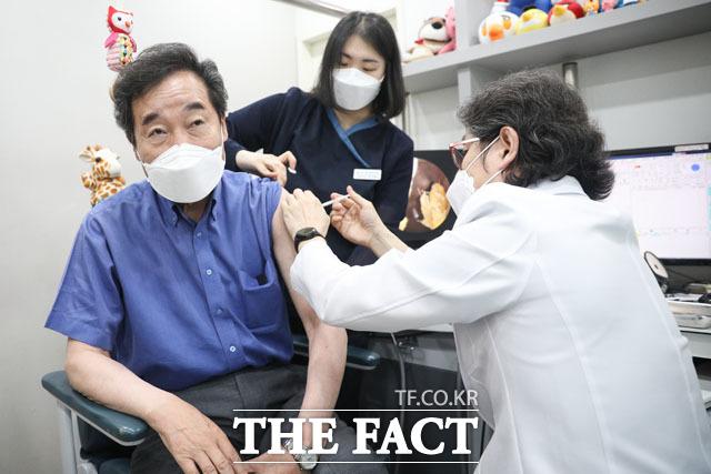 이낙연 더불어민주당 전 대표(왼쪽)가 2일 오전 서울 종로구의 한 소아청소년과의원에서 아스트라제네카의 코로나19 백신 1차 접종을 받고 있다. /이낙연 캠프 제공