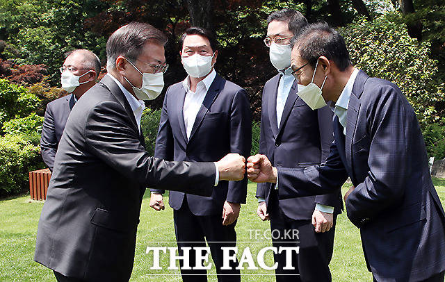 문재인 대통령이 김기남 삼성전자 부회장과 인사를 하고 있다.
