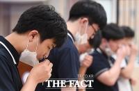 코로나19 자가검사하는 학생들 [포토]