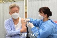 '아프지 않습니다!'…아스트라제네카 백신 접종하는 이재명 [TF사진관]