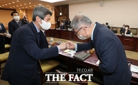 김형진 국가안보실 2차장과 인사하는 이인영 장관 [포토]