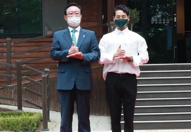 박군(오른쪽)은 최근 울산시 홍보대사로 위촉돼 힘들었던 시기 자신을 감싸안은 분들에게 보답하는 의미를 되새기는 시간을 가졌다. /울산시 제공