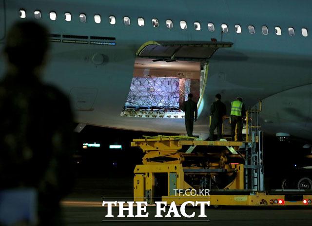 미국 행정부가 한국군에 제공한 얀센 백신 101만 명 분이 5일 새벽 경기도 성남 서울공항에 도착하고 있다. /사진공동취재단