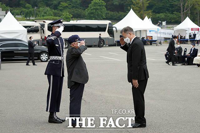 한국전쟁 당시 카투사였던 김재세 예비역 하사의 경례를 받는 문 대통령