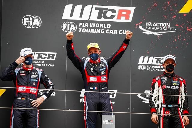 6월 3일부터 5일까지 열린 2021 WTCR 개막전 두 번째 결승 레이스에서 1, 2위 오른 엥슬러 현대 N 리퀴몰리 레이싱팀 소속 루카 엥슬러, 잔 칼 버네이(왼쪽) 선수. /현대차 제공