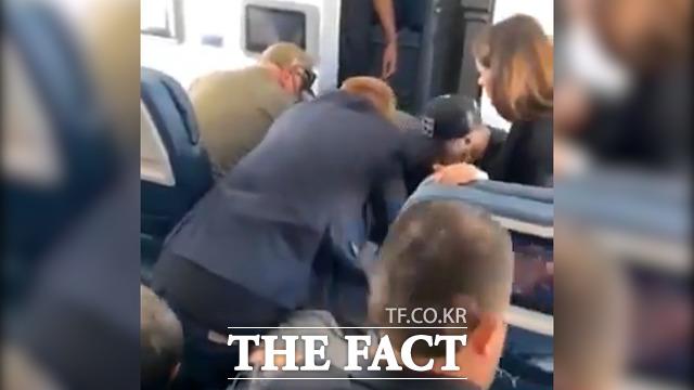 최근 미국 로스앤젤레스를 이륙해 내슈빌로 향하던 델타항공 여객기에서 승객이 난동을 부리는 바람에 비상 착륙 하는 일이 발생했다. /트위터 영상 캡처