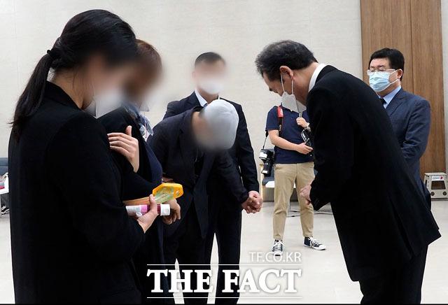 지난 4일 여권 유력 대선 주자인 이낙연 전 더불어민주당 대표가 국군수도병원 장례식장을 찾아 유가족을 만났다. /이낙연 캠프 제공