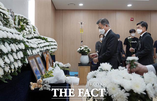 문재인 대통령이 6일 오후 경기도 성남 국군수도병원에 마련된 이 모 부사관의 추모소를 찾아 고인의 영정 앞에 헌화하고 있다. /청와대 제공
