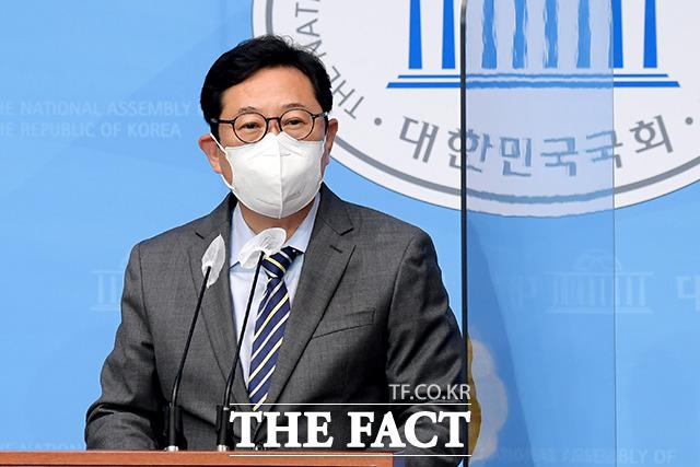해명자료와 함께 입장 밝히는 김한정