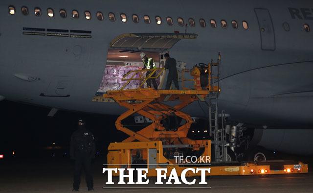 미국 행정부가 한국군에 제공한 얀센 백신 101만 명분이 5일 새벽 경기도 성남 서울공항에 도착하고 있다. /사진공동취재단