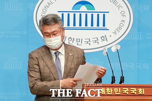 명의신탁 의혹을 해명하고자 부동산 매매 계약서까지 공개한 김 의원