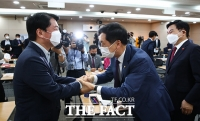 김기현-안철수, 부동산 정책 토론회에서 '기분 좋은 만남' [TF사진관]