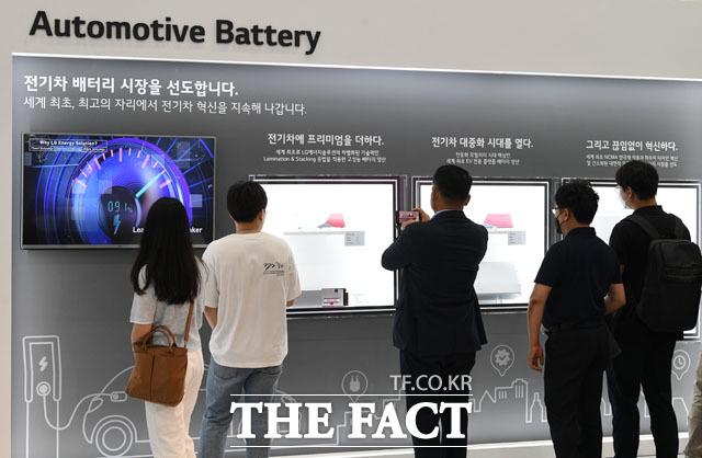 관람객 관심 받는 LG에너지솔류션.