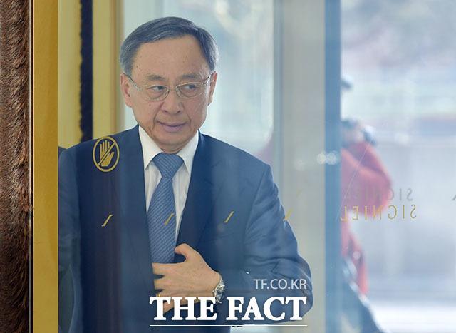 국회의원 쪼개기 후원 의혹을 받는 황창규 전 KT 회장이 9일 검찰에 출석에 조사를 받고 있다. /더팩트 DB