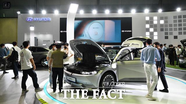 현대자동차 부스에서 아이오닉5가 전시돼 관람객들이 몰려있다.