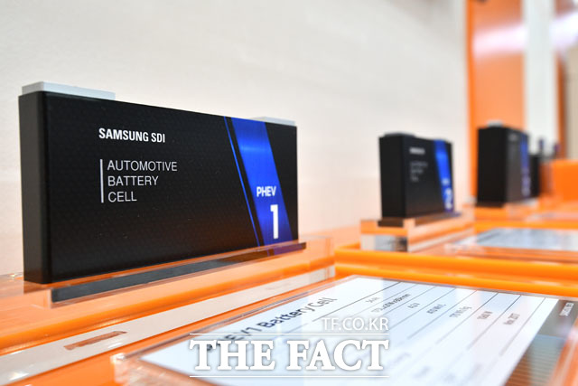 삼성SDI의 PHEV1 배터리 셀이 전시돼 있다.