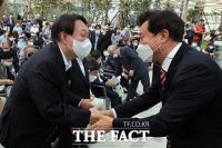 첫 공식행사에 참석해 인사 나누는 윤석열 [TF사진관]