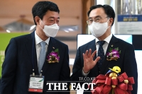 SK이노베이션 지동섭 대표와 대화하는 문승욱 장관 [포토]