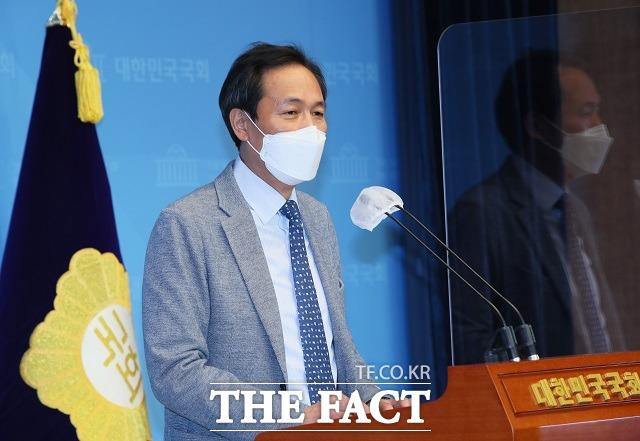 우상호 더불어민주당 의원이 8일 서울 여의도 국회 소통관에서 기자회견을 하고 있다. 그는 이 자리에서 농지법 위반 소지 토지는 지난 2013년 6월 어머니가 돌아가셔서 묘지용으로 구입한 토지라고 해명했다. /이선화 기자