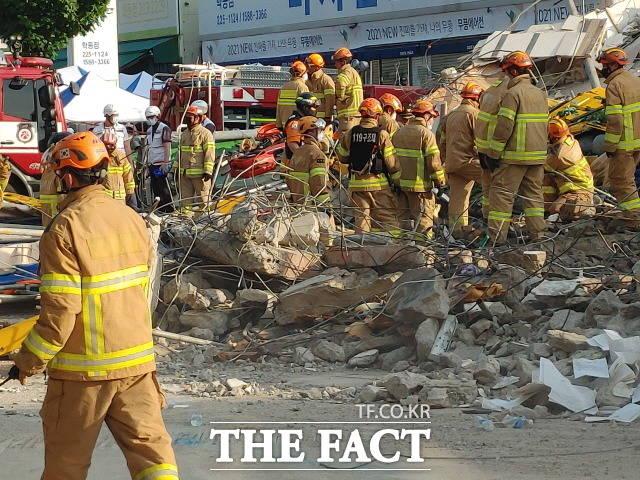 9명의 목숨을 앗아간 학동 붕괴사고 참사가 수차례의 경고음이 울렸음에도 불구하고 동구청이 안전점검에 태만한 정황이 속속 드러나면서 시민사회의 따가운 시선이 동구청에 쏠리고 있다. /더팩트 DB