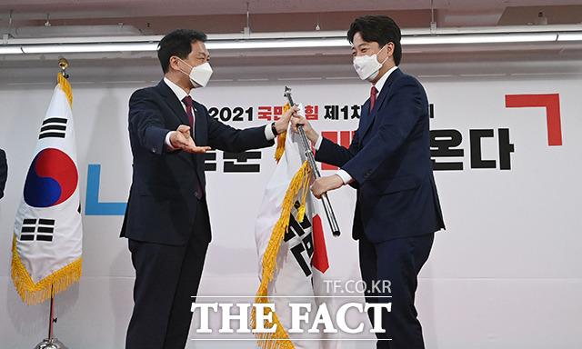김기현 원내대표에게 당기 전달받는 이준석 신임 당대표