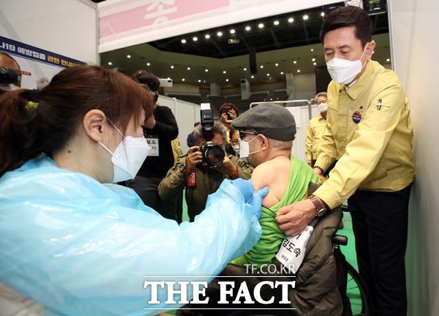 포항에서 코로나19 예방 백신을 맞은 시민 3명이 잇달아 숨진는 일이 발생했다. 포항지역의 어르신들이 화이자 백신을 접종받고 있는 모습이다. 사진은 기사 내용과 무관함. /더팩트 DB