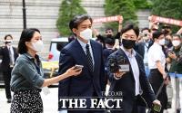 '7개월 만에 재개된 공판'...굳은 표정으로 법원 향하는 조국 [TF사진관]