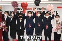 국민의힘 새 지도부와 인사하는 이준석 신임 당대표 [포토]