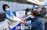 AZ→얀센 백신 갈아탈 수 있다…60~74세 예약자