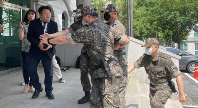 '공군 女부사관 2차 가해' 상관 2명 구속영장 발부