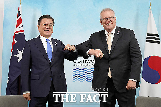 문재인 대통령이 12일(현지시간) 영국 콘월 트레게나 캐슬 호텔에서 열린 스콧 모리슨 호주 총리와의 한-호주 양자회담에 참석해 기념촬영을 하고 있다.