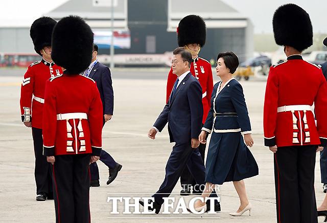 G7 정상회의에 참석하는 문재인 대통령과 부인 김정숙 여사가 11일(현지시간) 영국 콘월 뉴키 공항에 도착해 전용기에서 내려 이동하고 있다.