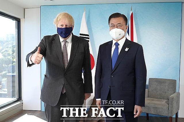 문재인 대통령이 13일(현지시간) 영국 콘월 카비스베이 양자회담장에서 보리스 존슨 영국 총리와 한-영 정상회담을 하기 전 기념촬영을 하고 있다.