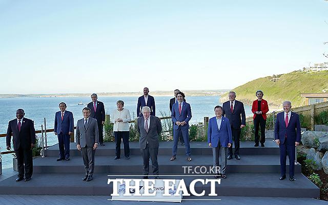 문재인 대통령이 12일(현지시간) 영국 콘월 카비스베이 양자회담장 앞에서 G7 정상회의에 참석한 정상들과 기념촬영을 하고 있다. 앞줄 왼쪽부터 남아공 시릴 라마포사 대통령, 프랑스 에마뉘엘 마크롱 대통령, 영국 보리스 존슨 총리 , 문재인 대통령, 미국 조 바이든 미국 대통령. 두번째 줄 왼쪽부터 일본 스가 요시히데 총리, 독일 앙겔라 메르켈 총리, 캐나다 쥐스탱 트뤼도 총리, 호주 스콧 모리슨 총리. 세번째 줄 왼쪽부터 UN 안토니우 구테흐스 사무총장, 샤를 미셸 EU 정상회의 상임의장, 이탈리아 마리오 드라기 총리, 우르줄라 폰데어라이엔 EU 집행위원장. /청와대 제공