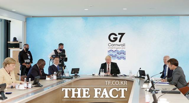 문재인 대통령이 13일(현지시간) 영국 콘월 카비스베이에서 열린 기후변화 및 환경 방안을 다룰 G7 확대회의 3세션에 참석한 모습. G7 의장국 영국 보리스 존슨 총리 좌우에 각각 조 바이든 미국 대통령과 문 대통령이 앉아 있다. /청와대 제공