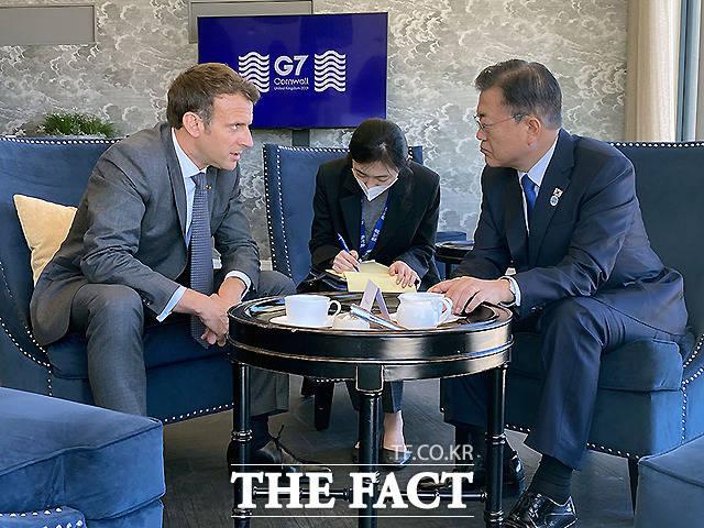 문재인 대통령이 13일(현지시간) 영국 콘월 카리스베이 정상회담 라운지에서 프랑스 에마뉘엘 마크롱 대통령과 약식회담을 하고 있다.