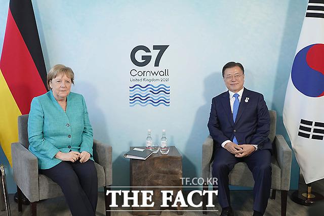 문재인 대통령이 12일(현지시간) 영국 콘월 카비스베이 양자회담장에서 앙겔라 메르켈 독일 총리와 양자회담을 하고 있다.