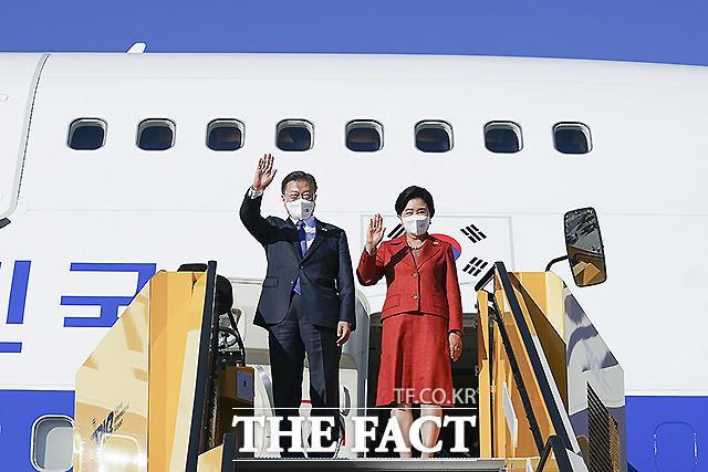 오스트리아를 국빈 방문하는 문재인 대통령과 김정숙 여사가 13일(현지시간) 오스트리아 비엔나 국제공항에 도착해 전용기에서 내리며 손을 흔들고 있다. /청와대 제공