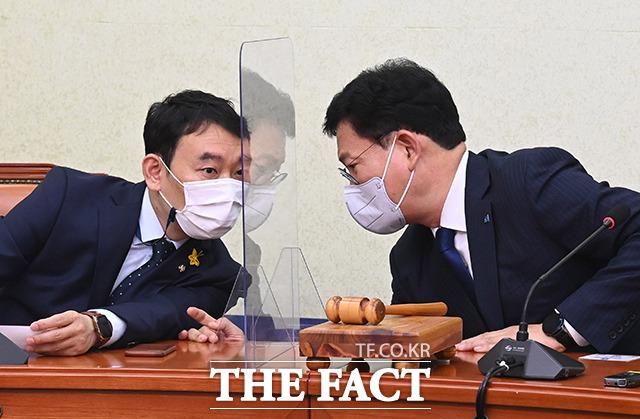 대화하는 송 대표(오른쪽)과 김용민